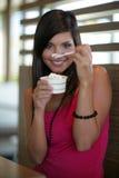 奶油色吃的冰妇女 免版税库存图片