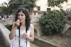 奶油色吃的冰妇女 免版税库存照片