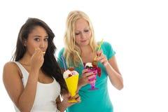 奶油色吃的冰妇女 库存照片