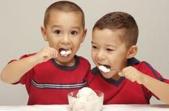 奶油色吃的冰孩子 库存图片