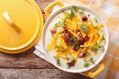 奶油色土豆汤用烟肉和切达干酪特写镜头 horizo 图库摄影