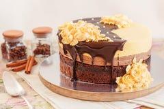 奶油色奶油甜点蛋糕用巧克力 免版税图库摄影