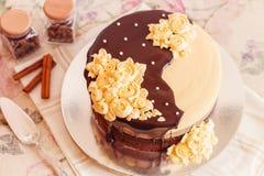 奶油色奶油甜点蛋糕用巧克力 免版税库存照片