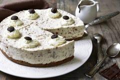 奶油色奶油甜点蛋糕(没有被烘烤的乳酪蛋糕)与bisquit捏碎 免版税库存照片
