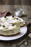 奶油色奶油甜点蛋糕(没有被烘烤的乳酪蛋糕)与bisquit捏碎 图库摄影