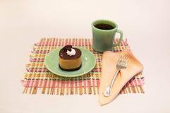 奶油色巧克力沫丝淋蛋糕和咖啡餐位餐具 图库摄影