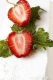 奶油色新鲜的冰薄菏草莓 库存照片