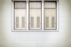 奶油色木在vinta的窗口和白色板条木墙壁背景 库存照片