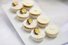 奶油色杯形蛋糕牌照香草白色 库存图片