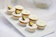奶油色杯形蛋糕镀香草白色 免版税库存照片
