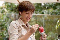 奶油色果子愉快的冰妇女 免版税库存照片