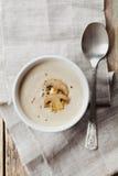 奶油色汤用在白色碗的蘑菇蘑菇和土豆 免版税库存图片