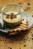 奶油色汤用在碗的被切的香肠 免版税图库摄影