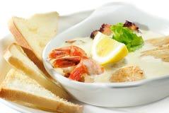 奶油色汤用大虾、扇贝和蘑菇 库存图片