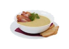 奶油色汤用烟肉和油煎方型小面包片 库存图片
