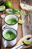 奶油色汤用绿豆、新鲜的草本和新芽与微gr 免版税库存照片