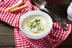 奶油色汤用芹菜和南瓜籽在碗 库存照片
