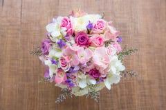 奶油色玫瑰和南北美洲香草美丽的嫩婚礼花束开花 免版税图库摄影