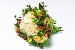 奶油色玫瑰花束在白色的 库存照片