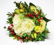奶油色玫瑰花束在白色的 免版税库存图片
