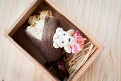 奶油色白玫瑰开花与华伦泰节日礼物和美丽的迷离花束和爱词在花束 在木头的花 免版税库存图片
