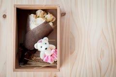 奶油色白玫瑰开花与华伦泰节日礼物和美丽的迷离花束和爱词在花束 在木头的花 库存照片