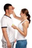 奶油色的男朋友面对她放置的s妇女 免版税库存照片