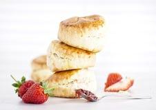 奶油色茶-烤饼用果酱、奶油和草莓 库存图片