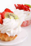 奶油色草莓冠上 库存照片
