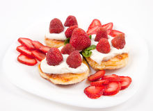 奶油色薄煎饼草莓 库存图片
