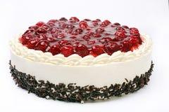 奶油色蛋糕用在白色背景的樱桃 免版税库存图片
