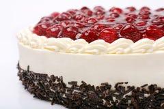 奶油色蛋糕用在白色背景的樱桃 库存图片