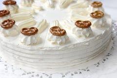 奶油色蛋糕用椒盐脆饼 免版税图库摄影