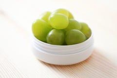 奶油色表面葡萄 库存照片