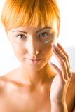 奶油色表面头发的放置的红色妇女年轻人 图库摄影