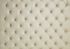 奶油色金刚石散布的被填塞的豪华皮革背景 库存图片