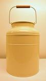 奶油色颜色牛奶罐头 库存照片