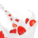奶油色飞溅草莓 免版税库存图片