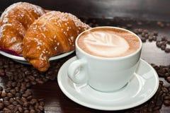 奶油蛋卷热奶咖啡e 库存照片