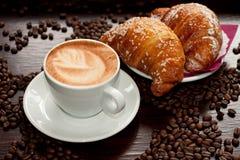 奶油蛋卷热奶咖啡e 免版税库存照片