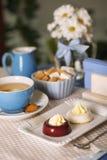 奶油蛋糕和巧克力牛奶 免版税库存图片