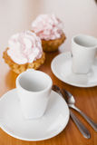 奶油蛋糕和杯子 图库摄影