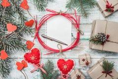 奶油被装载的饼干 与红色心脏的杉树 信函圣诞老人 圣诞节、圣诞节、新年和Xmas的Ferlicit 免版税库存图片