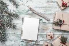 奶油被装载的饼干 冷杉分行 信函圣诞老人 圣诞节贺卡、圣诞节、新年和Xmas 图库摄影