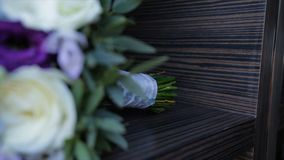 奶油豪华玫瑰完善的花束婚姻,生日或者华伦泰`的s天 黑老木背景,顶视图 免版税库存照片