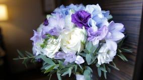 奶油豪华玫瑰完善的花束婚姻,生日或者华伦泰`的s天 黑老木背景,顶视图 库存照片