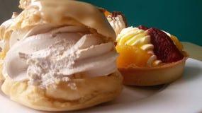 奶油饼和水果的杯形蛋糕 库存照片