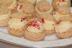奶油饼填装了香草乳蛋糕 免版税库存照片