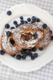 奶油饼或州酥皮点心敲响用在板材的蓝莓 图库摄影
