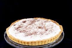 奶油馅饼用在玻璃器皿板材的桂香 免版税库存图片